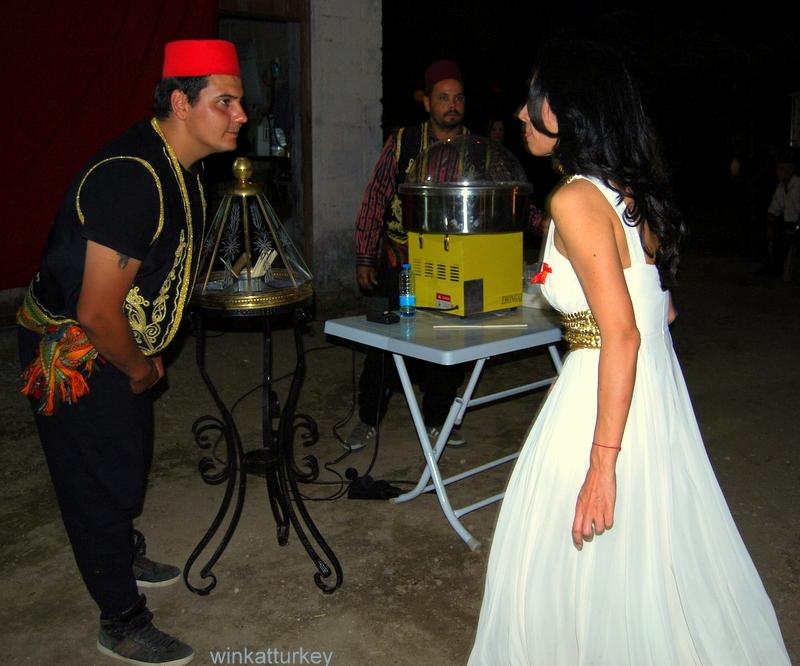 La novia pide un helado turco para uno de los niños de la ceremonia